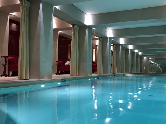 A piscina do premiado hotel La Réserve Paris