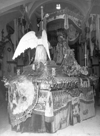 aml-la-virgen-de-los-dolores-en-su-trono-en-el-interior-de-san-francisco-p-menchc3b3n-h-1920