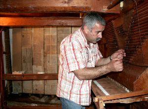 Dinarte Machado durante la restauración del órgano (2006 – 2008)