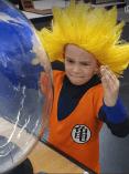 Enfant déguisé en Dragon Ball sur la boule plasma
