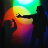 Photo artistique de famille jouant avec les couleurs dans Lumière!