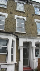 Minha casa em Hackney. A janela do meu quarto é a de cima, do meio.