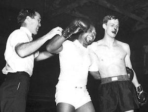 George Plimpton após a luta contra Archie Moore. Apanhando por uma boa matéria.