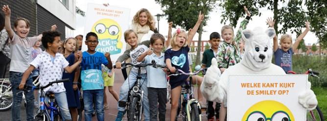 Juichtende kinderen bij ogentest Veilig Verkeer Nederland