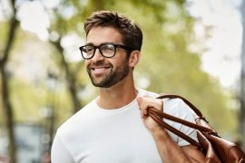 man die bril draagt
