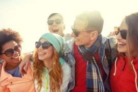 Vrolijke mensen met zonnebrillen