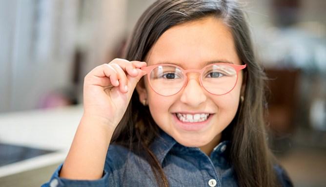 vrolijk meisje met bril op