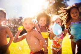 kinderen spelen buiten met waterballonnen