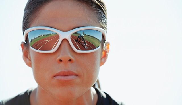 sportende vrouw met wrap around zonnebril op