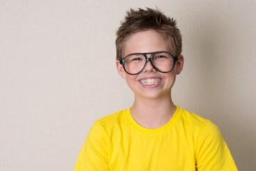jongenmetbrilenbeugelblijlachend