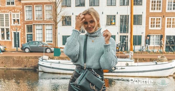 Blond meisje met oversized bril bij de grachten van Amsterdam