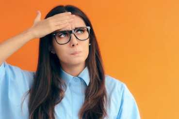 Vrouw met bril kijkt bedenkelijk - Pearle Opticiens
