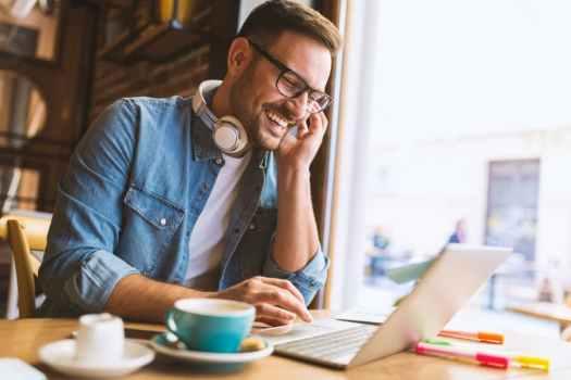 Man werkt op computer met computerbril
