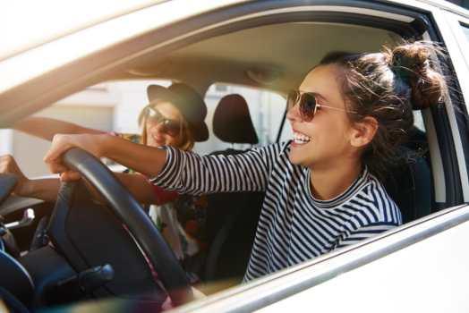 Meisjes in auto met zonnebrillen op