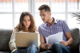 Man en vrouw controleren verzekering op laptop voor verloren zonnebril