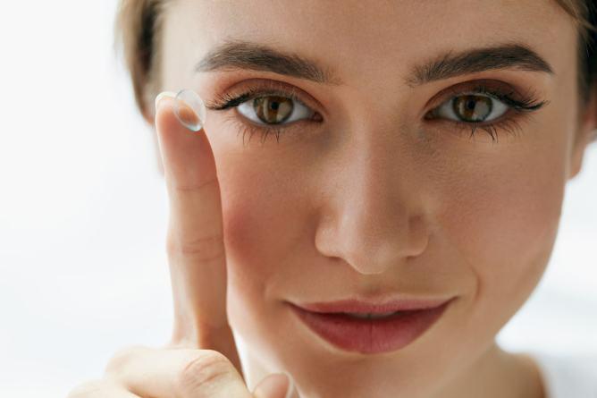 Vrouw met lens op haar vinger