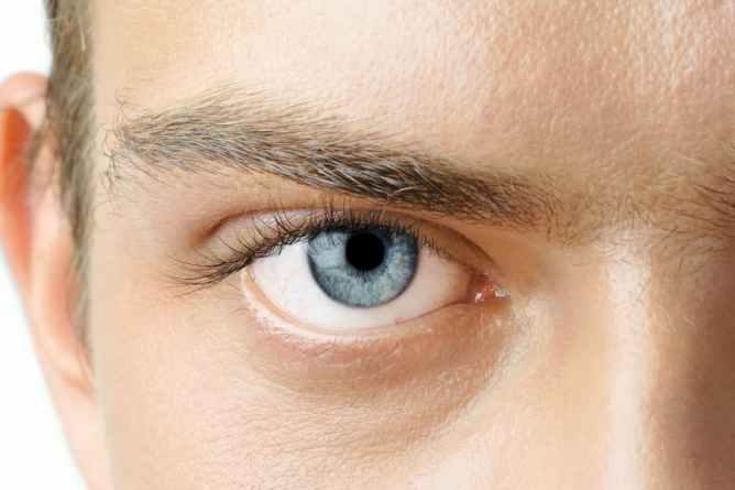 Een gezond oog van een man