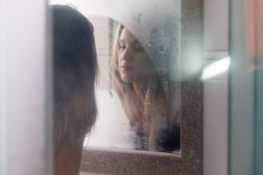 Lens achter oog - vrouw voor spiegel