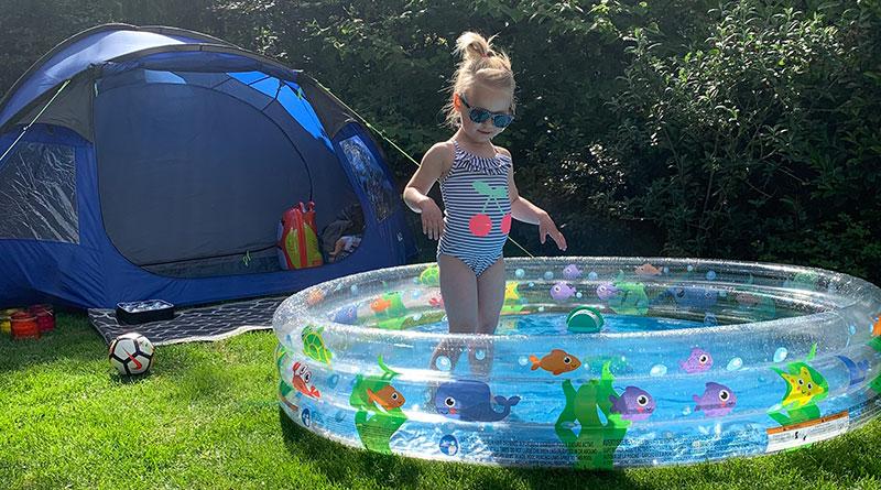 Kind in zwembadje