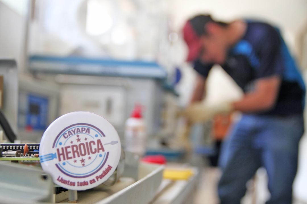 Ing. Bruce Huerta realizando reparaciones en una de las incubadoras.