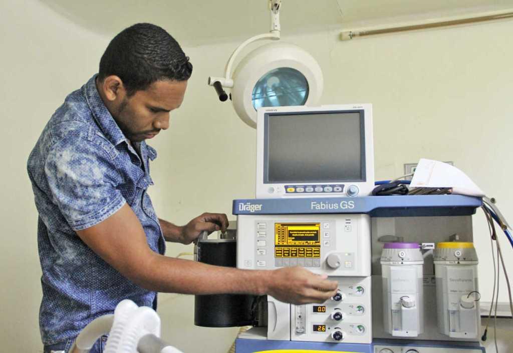 Ing. Carlos Aguilera realizando pruebas de máquina de anestesia.
