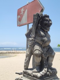 Tsunami Schild am Strand in Sanur