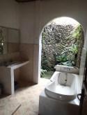 Das Badezimmer meines bescheidenen Bungalows in Ubud