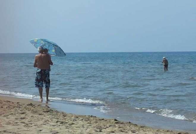 La foto più bella dell'estate è quella di un nonno con il nipotino