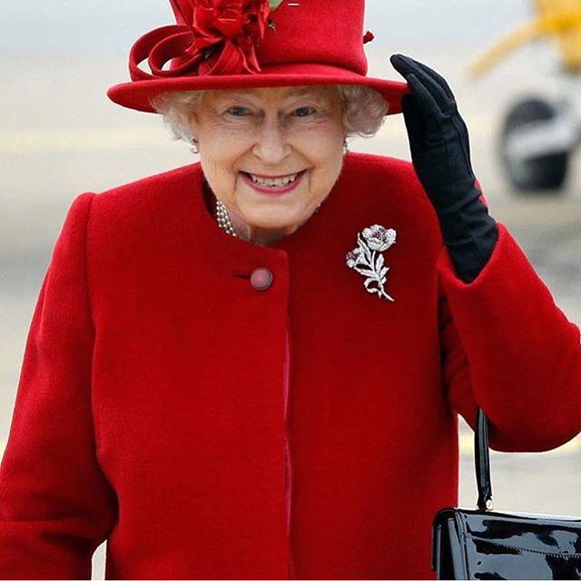 Una bimba di sei anni invita alla sua festa la Regina Elisabetta