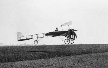 Blériot décolle en 1909 pour traverser la Manche pour la première fois. Cela fait partie de la culture aéronautique cadet minimale.