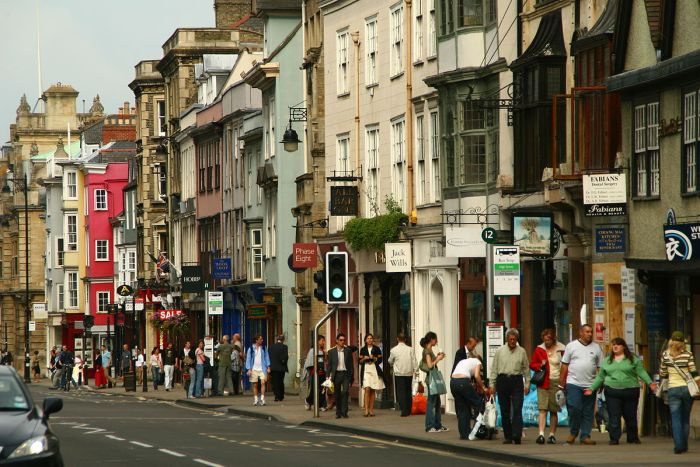 Oxford_High_Street_shoppers