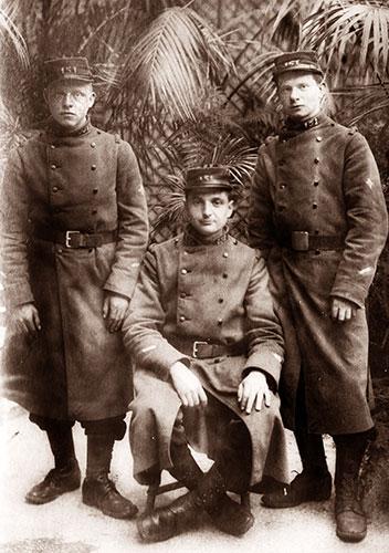 On reconnaît Émile (à droite), Raphaël (à gauche). Le soldat du milieu est probablement l'un de ceux cités dans les lettres d'Émile