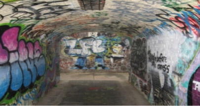 Pared de hormigón exterior con grafitis