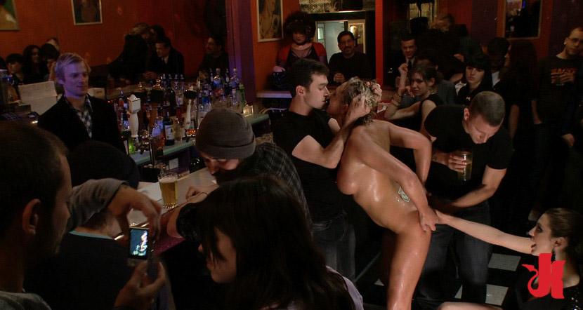 Секс бурый в ресторане, две подруги отдались за деньги