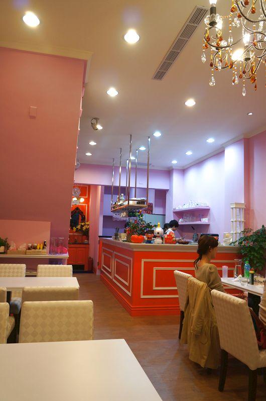 餐廳內一景,粉色系為主