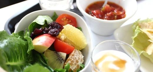 附餐部分就是生菜沙拉一盤、一小杯優格....