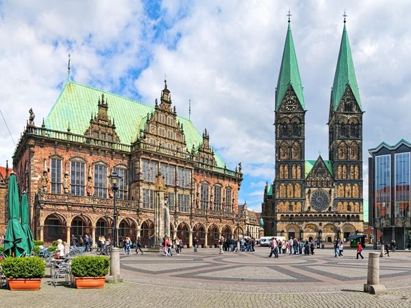 Plaza del Mercado con el Ayuntamiento y la Catedral en Bremen