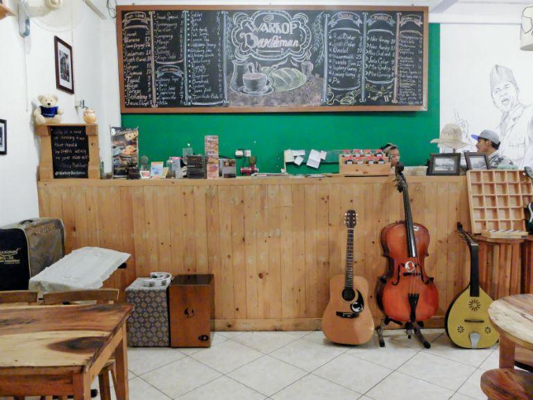 Bar-nya Bardiman, lengkap dengan gitar, cello, dan Turkish oud.