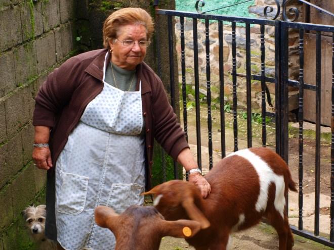 Chelo hoy disfruta de sus cabras y su perrito, antes crió ocho hijos, y no debió ser fácil.