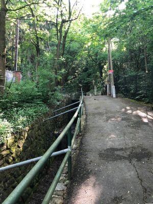 Blick aufwärts im Jungherrnsteig mit der seitlichen Kanalisation des Schablerbachs