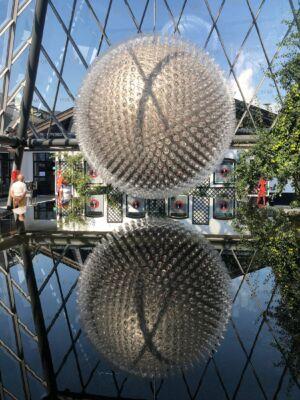 Riedel Glas Kugel spiegelt sich im Becken