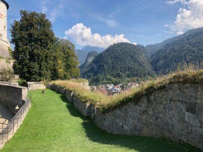 Rasen zwischen alten Mauern der Festung