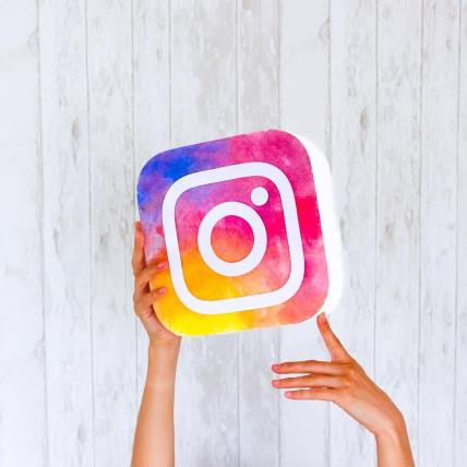 instagram-logo-hands