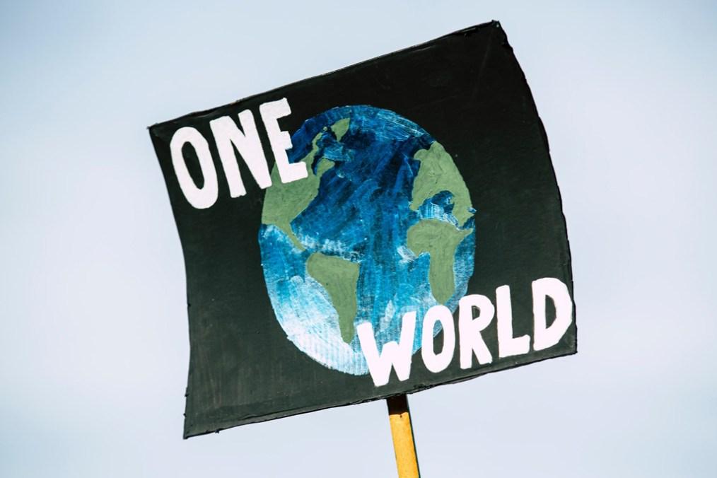 Nuevos bienes y males públicos globales. Protesta mundial por el cambio climático - No Planet B. Foto: Markus Spiske (@markusspiske). Blog Elcano