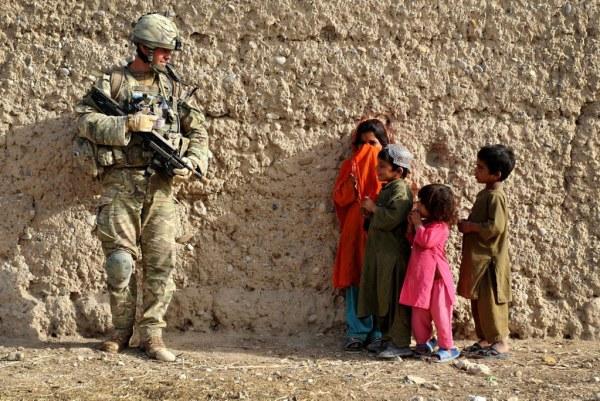Soldado habla con niños mientras patrulla en Afganistán. Foto: CC BY-NC 2.0.