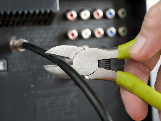 Cutting the cable cord with wire cutters