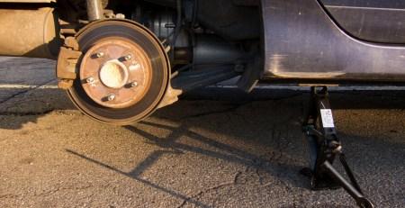 dónde colocar el gato para cambiar una rueda