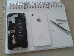 Buka baterai iPhone 4s pake paku dan pinset