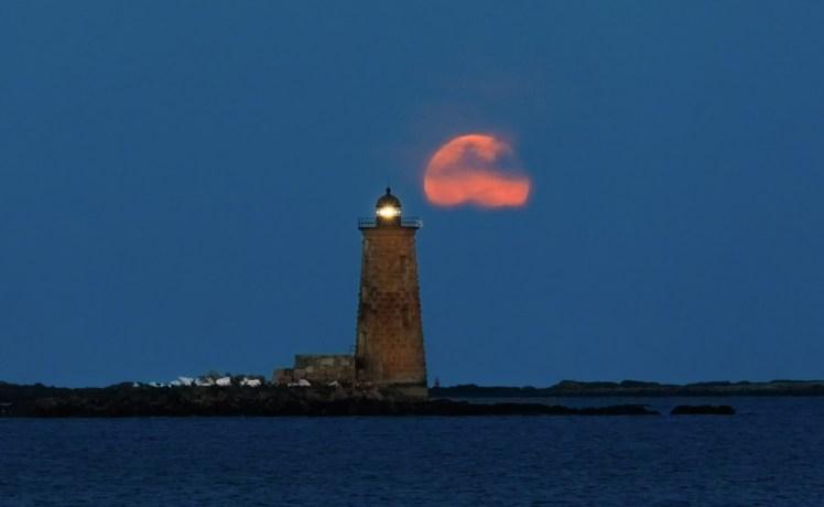 Whaleback Lighthouse moonrise telephoto