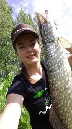 femme qui pêche - portrait de Manon Compan_53560102_374275079841642_4107659301160484864_n